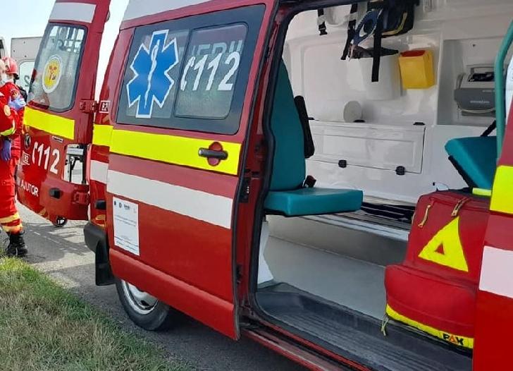 Accident rutier la Sinaia. Un autoturism a intrat într-un stâlp