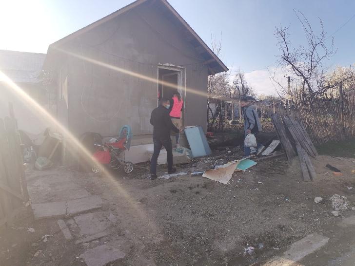 Sute de ajutoare pentru 7 familii din localitatea  Seciu, judeţul Prahova (foto-video)