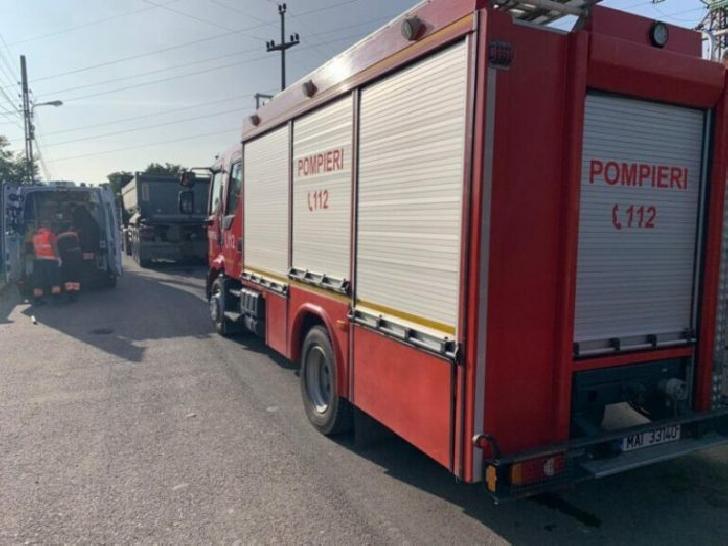 Accident rutier la Breaza. Un camion încărcat cu parchet s-a răsturnat pe o parte