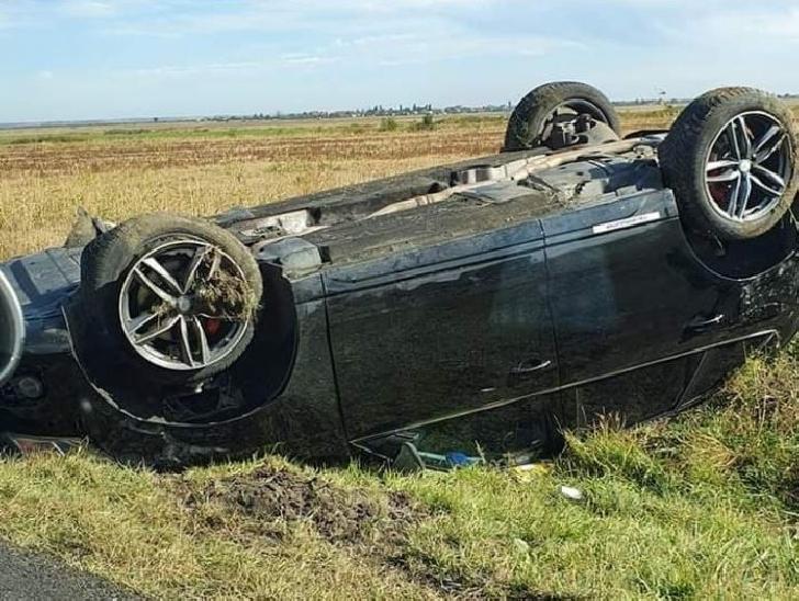 Accident rutier la Mizil. Un autoturism s-a răsturnat pe plafon