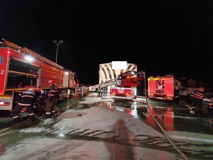 Incendiu violent, noaptea trecută, la un service auto din satul Ţânţăreni