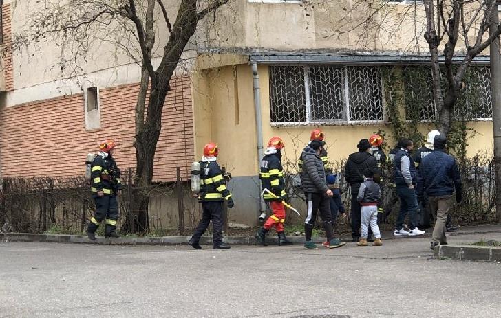 Incendiu la parterul unui bloc de pe strada Domnişori din municipiul Ploieşti