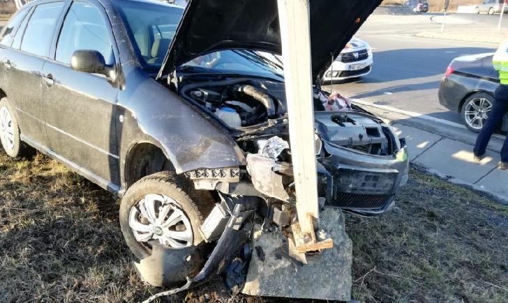 Accidente rutiere similare în Prahova, la Păuleşti şi Breaza. Două autoturisme au intrat în stâlp