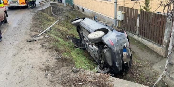 Accident rutier la intrare în Plopu. Un autoturism s-a răsturnat în şanţ