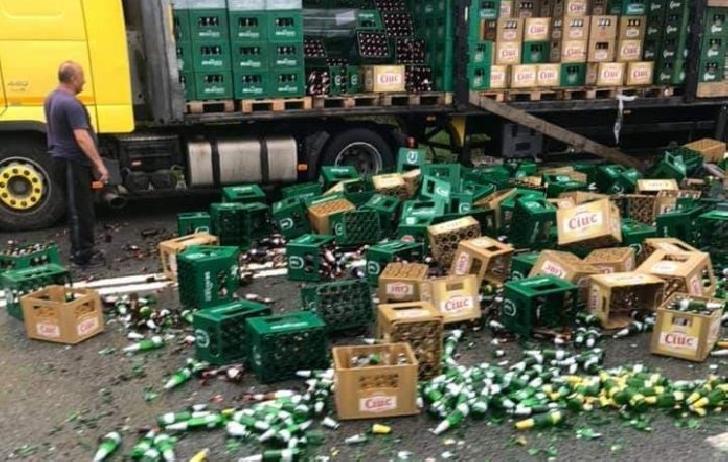 La Posada, dintr-un tir au căzut mai multe navete cu bere