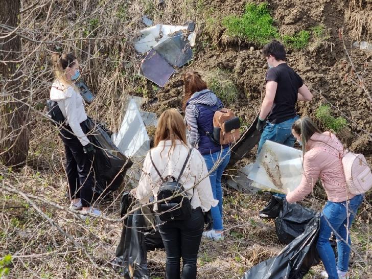 Reprezentanţii IJP Prahova au participat la o activitate de ecologizare, la Câmpina