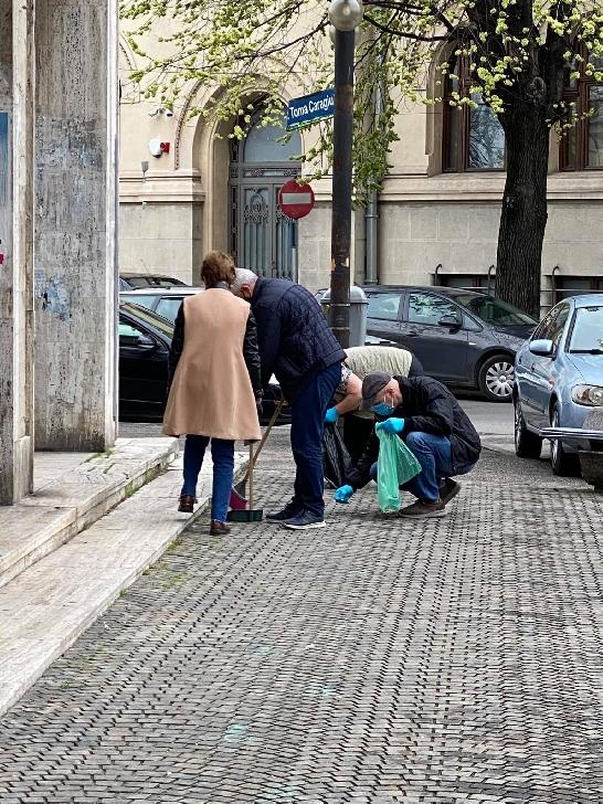 """Voluntarii de la Teatrul"""" Toma Caragiu"""" au participat la acţiunea  de curăţenie de la Ploieşti (foto si video)"""