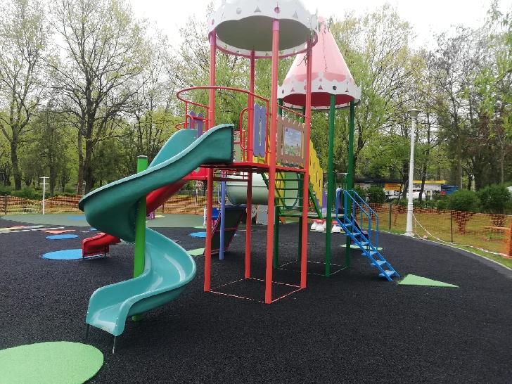 Primăria Municipiului Ploieşti continuă lucrările de modernizare a locurilor de joacă din oraş