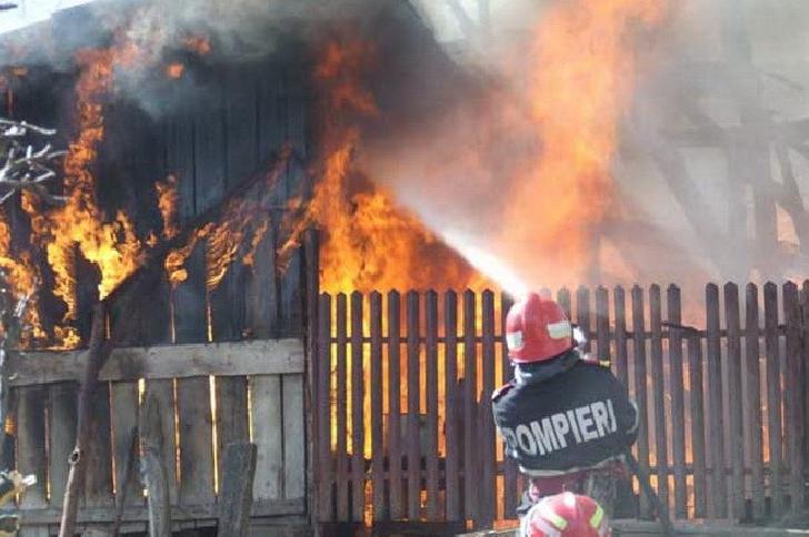 Incendiu în bucătăria unei locuinţe din Comarnic. Două adolescente au fost salvate de pompieri
