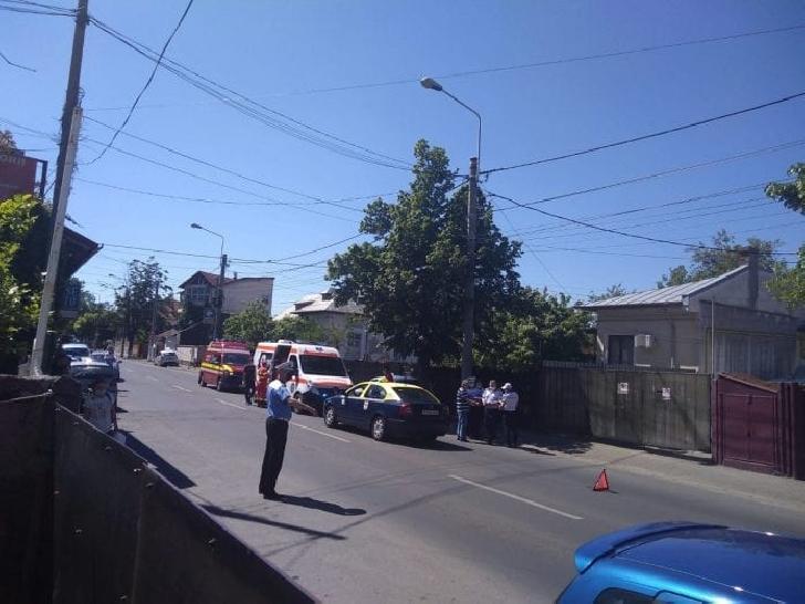 Accident rutier pe strada Gheorghe Doja din Ploieşti. Un pieton a fost lovit de un taxi