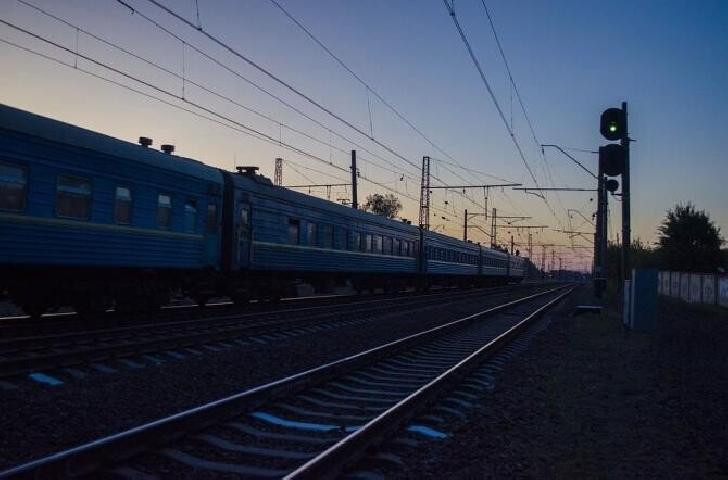 Un tren care circula pe ruta Ploiesti-Urziceni a rupt cablurile de înaltă tensiune