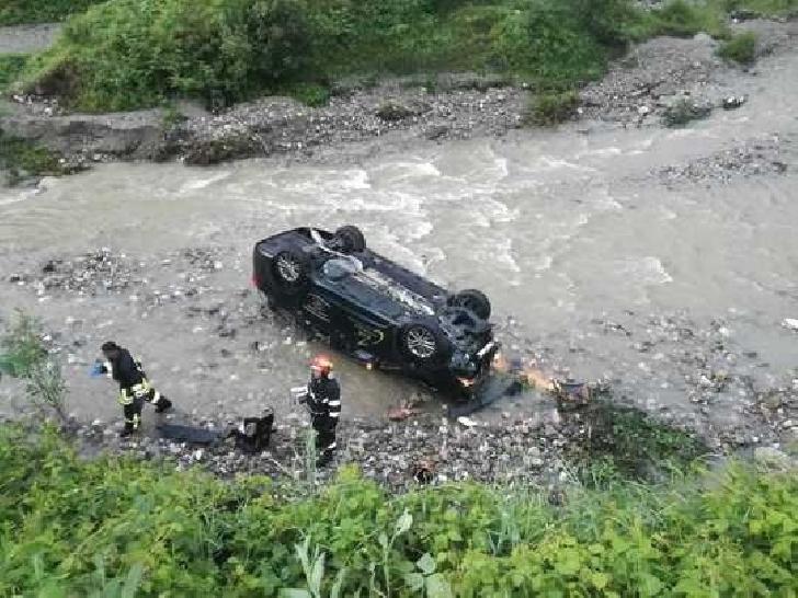Cascador de Prahova. Un şofer a lovit un parapet metalic şi a plonjat în albia pârâului Câmpiniţa