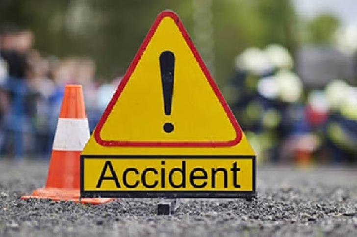 Accident rutier la Bucov. Un autoturism a fost lovit de un camion cu lemne