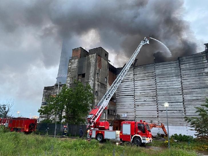 Incendiu violent la Eco Burn. A fost transmis un mesaj RO-ALERT din cauza degajării mari de fum toxic (foto-video)