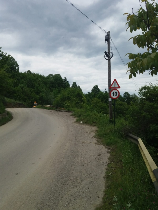 Circulaţia pe DJ 214 a fost restricţionată la ieşirea din Brebu spre Pietriceaua, din cauza aluviunilor care au acoperit parte din carosabila