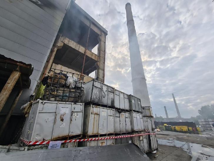 Incendiul de la Eco Burn va mai fumega o perioadă de timp. Hala va fi inundată cu apă şi spumă. (foto-video)