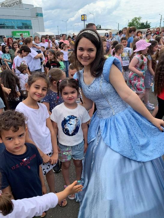 Teatrul Ancuţa a sărbătorit Ziua Copilului în parcarea Artsani Ploieşti (foto-video)