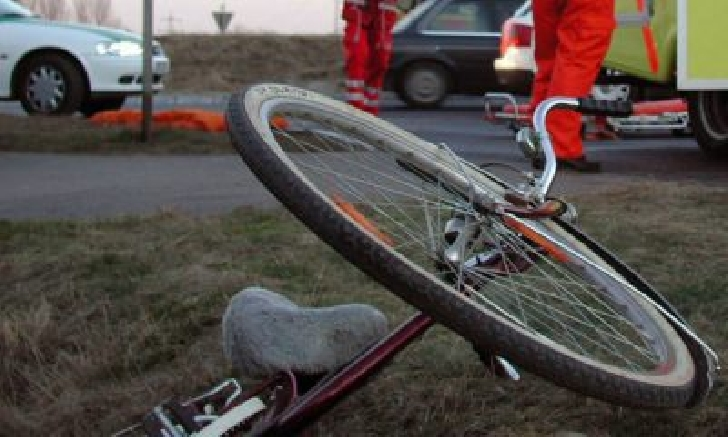 Accident neobişnuit în Ploieşti. Un biciclist beat a ajuns la spital după ce a căzut de pe bicicletă