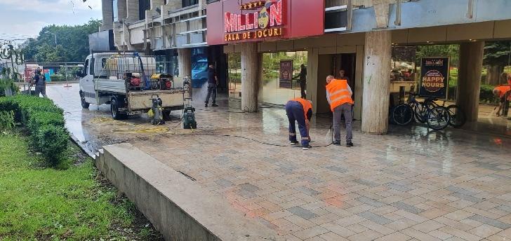 Au fost  demarate  lucrările de reparaţie şi înlocuire pavaj pietonal, în zona Galeriilor Comerciale din Centrul Civic