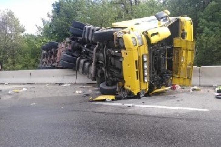 Accident rutier la ieşire din A3 spre Gherghiţa. O cisternă s-a răsturnat pe o parte, au existat scurgeri de combustibil