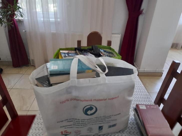 """"""" O floare şi o carte pentru seniorii noştri"""", acţiune umanitară la Complexul de Servicii Comunitare Puchenii Mari"""