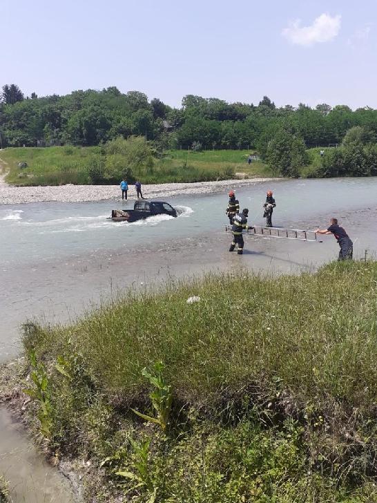 Pompierii prahoveni au salvat două persoane care spălau maşina in albia râului Teleajen (video)