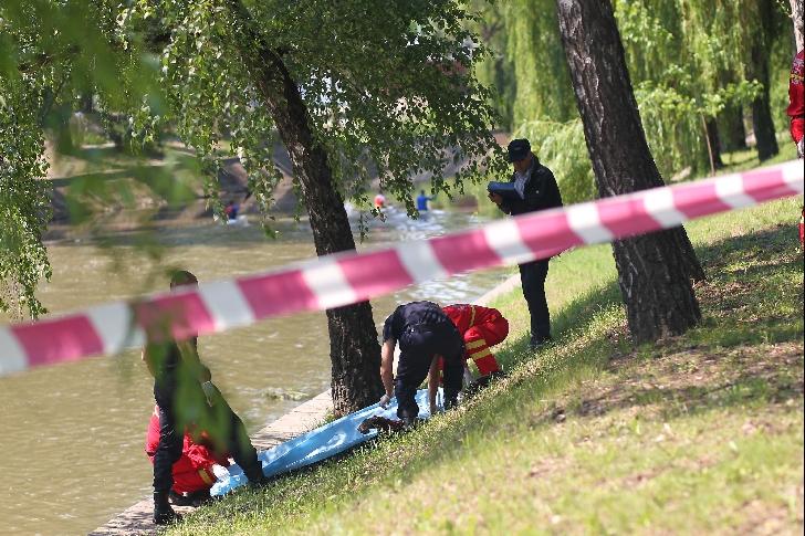 Cadavrul unui bărbat a fost găsit pe albia râului Vărbilău