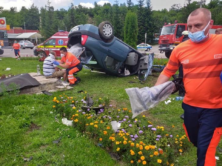 Accident rutier la Cornu. Un autoturism s-a răsturnat