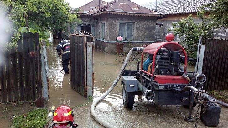 Pompierii prahoveni au intervenit în mai multe localităţi, în contextul avertizărilor cod portocaliu de ploi şi inundaţii