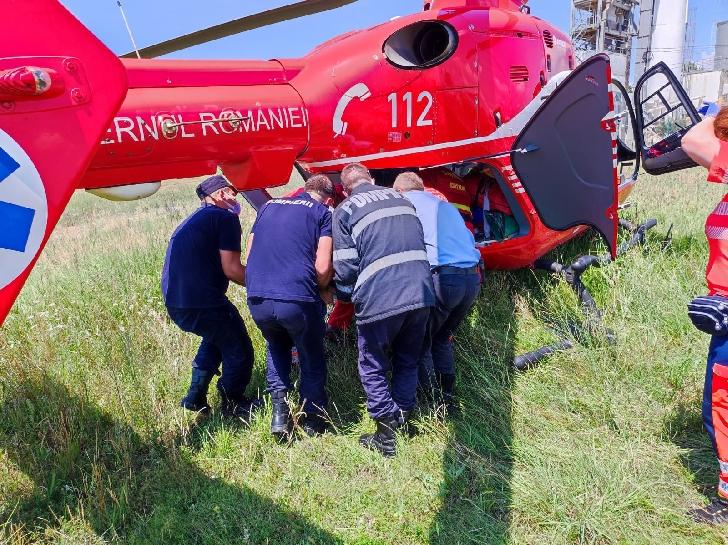 Accident rutier la Măneşti.Un  bărbat a fost preluat de un elicopter SMURD (foto-video)