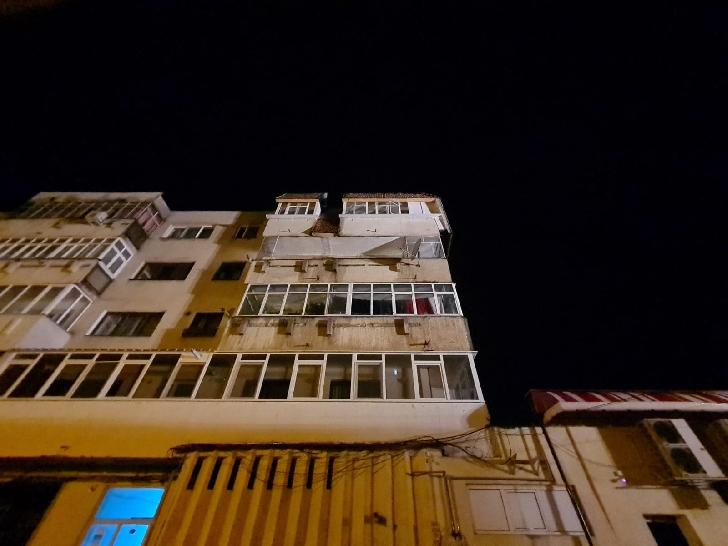 Incendiu la acoperişul unui bloc de locuinţe din Câmpina. 25 de persoane au fost evacuate