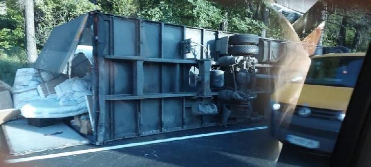 Accident rutier în Buşteni. Un tir s-a răsturnat pe partea carosabilă