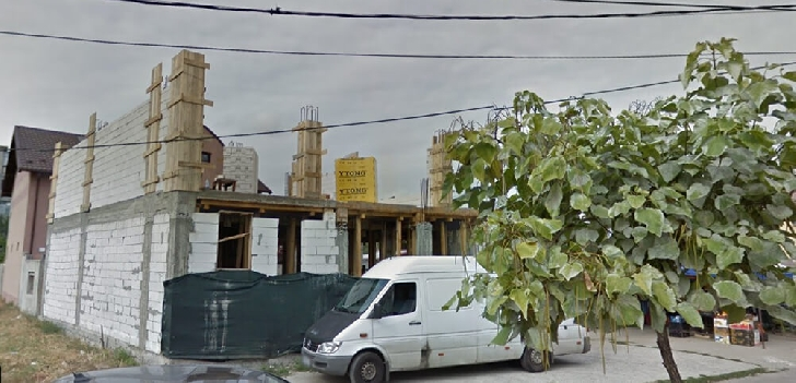 Scandal în cartierul Vest din Ploieşti. Un individ a aruncat cu obiecte în trecători şi a amenitat că se va arunca în gol