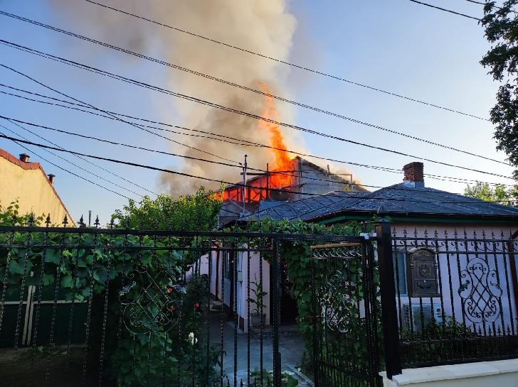 Incendiu violent la o locuinţă din Ploieşti (foto-video)