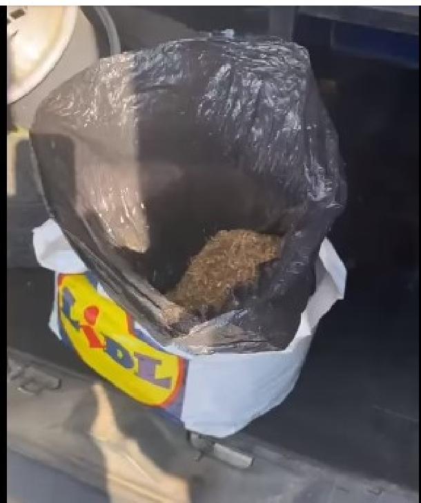 Aproape două kg de tutun au fost gasite de politistii prahoveni, intr-un microbuz de pe ruta Ploieşti-Băicoi (video)