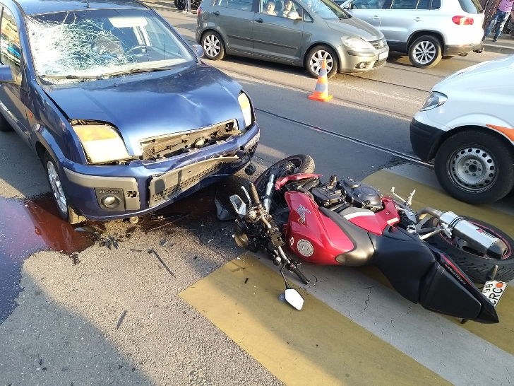 Accident rutier în Ploieşti, pe strada Gheorghe Doja. Un autoturism şi o motocicletă au intrat în coliziune