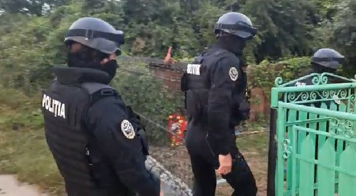 Politistii din Plopeni au efectuat perchezitii la persoane banuite de furt dintr-o societate (video)