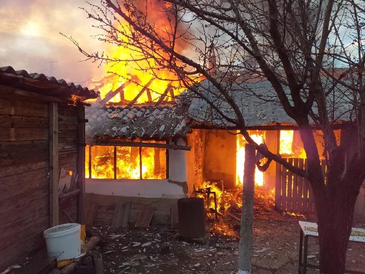 Incendiu violent la o  casă particulară şi anexa gospodarească din localitatea Măneciu Ungureni