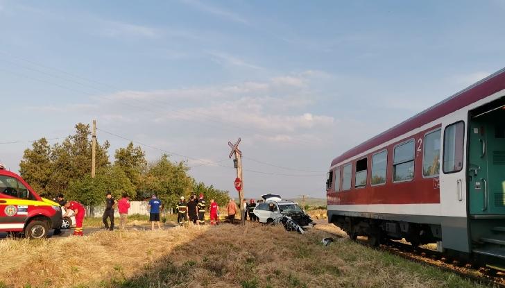 Accident la Tătărani. O locomotivă a lovit un autoturism