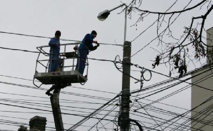 Peste 800 prahoveni au rămas fără energie electrică din cauza fenomenelor meteo