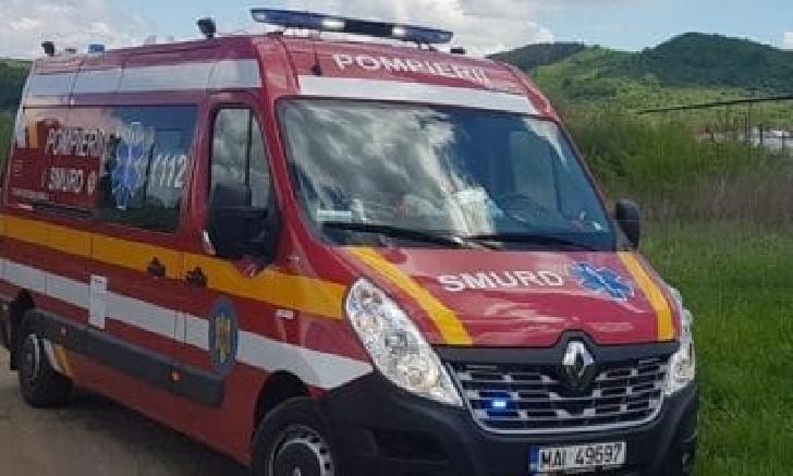 Accident în Mizil. Un camion încărcat cu lemne a acroşat doi stâlpi de curent şi o ţeavă de gaze