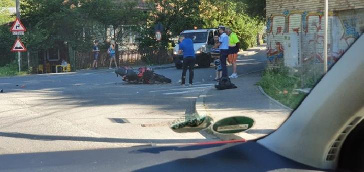 Accident rutier in Sinaia. Un autoturism a intrat în coliziune cu o motocicletă
