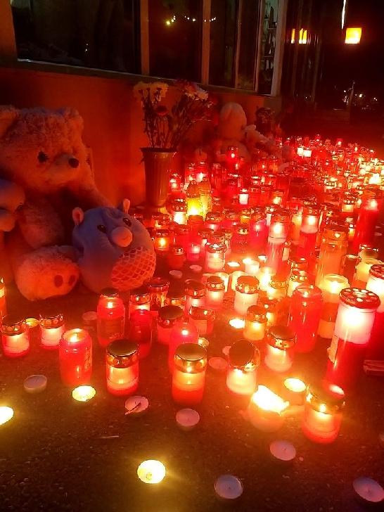 Tragedia de la Ploieşti. Pelerinaj cu lumânări şi jucării în faţa blocului unde au murit cei doi gemeni