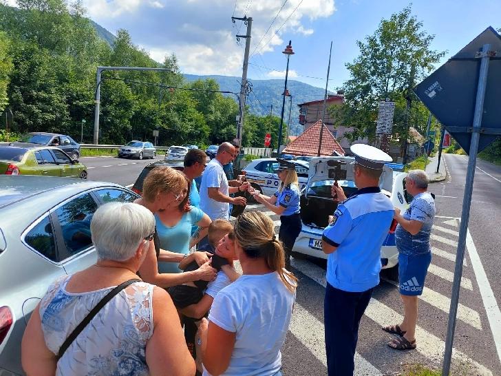 Gest  frumos făcut de poliţiştii prahoveni. Au împărţit apă şi cafea şoferilor de pe Valea Prahovei (foto şi video)