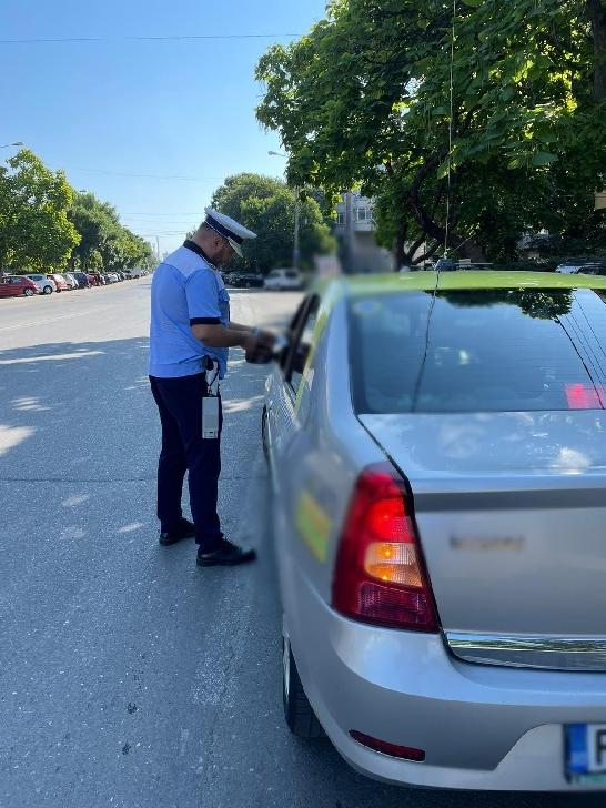 Acţiune a poliţiştilor rutieri  pentru verificarea legalităţii efectuării transportului de persoane în regim de taxi şi a transportului alternativ