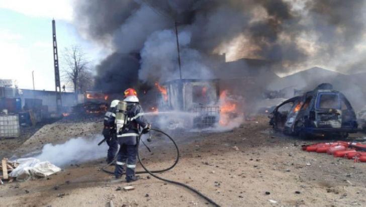 Incendiu la deşeuri menajere în curtea unui operator economic în Ploieşti.Nu s-a impus mesajul RO-Alert