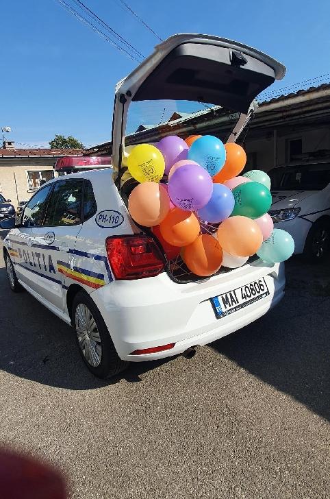 Politistii prahoveni si-au adus  aminte de copilarie. Au impartit baloane  in campania EDUCAŢIE RUTIERĂ ÎN RÂNDUL COPIILOR.Foto si video