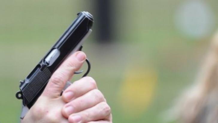 Ploiesti. Un bărbat a ameninţat trecătorii şi conducătorii auto cu un pistol de jucărie