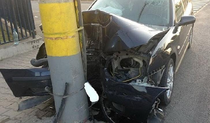 La Ploieşti, un autoturism a intrat într-un stâlp pe care l-a rupt