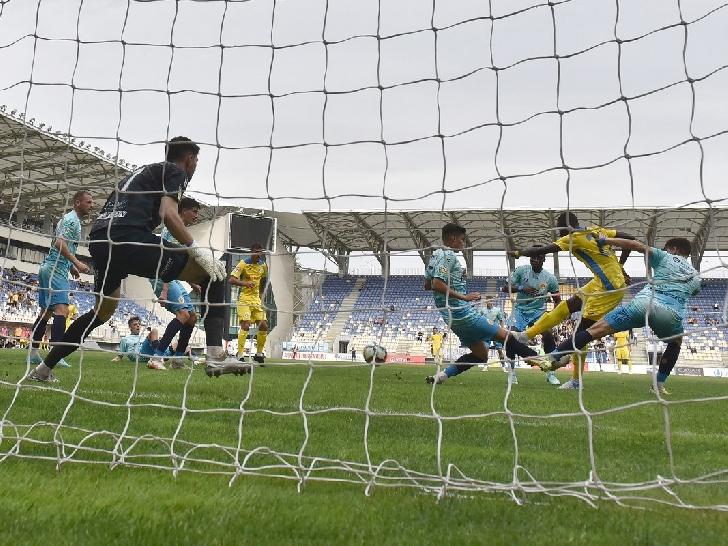 Lupii galbeni au devenit liderii Ligii a 2 a. PETROLUL PLOIESTI-Ripensia Timisoara 2-0